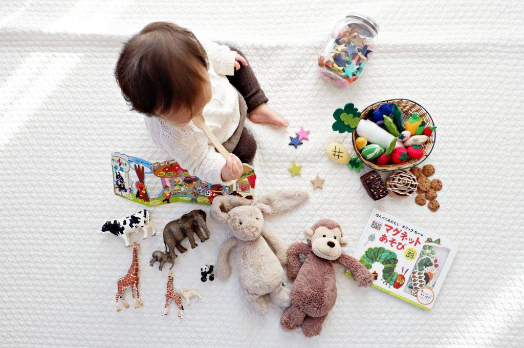 enfant à la maison avec des jouets